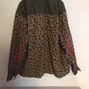 Købte denne fede jakke da jeg ville bruge den som oversized model , men den er desværre for stor !!!  Str xxl -mærke udklippet !  Army look , leopard , militær  Adidas originals  Lynlåse på ærmerne , orange detaljer