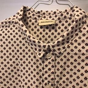 By malene birger skjorte med mønster i blå og rød Meget let i kvaliteten Lang i modellen