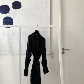 ⚫️Der handles udelukkende via 'Køb Nu' funktionen. Al forsendelse forgår med DAO og det er ikke muligt at mødes og handle. Priserne er faste. Privatbeskeder og kommentarer besvares ikke🖤  ____  Sort kimono fra Lady Avenue. Kåben har et aftageligt bindebånd i taljen, lommer og lange ærmer. Brugt og skånvasket en del gange, med få sammentrækninger i materialet, som det typisk ses hos silke. 100% silke.  90 cm lang x 55 cm bred henover brystet x 70 cm ærmelængde