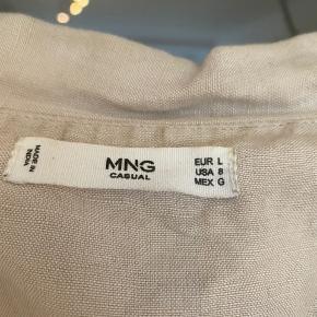 Mango-skjorte i str. large, som er brugt som oversized fit. 48% hør; 52% viskose. Nærmest ikke brugt og fremstår derfor som ny. BYD endelig ☺️