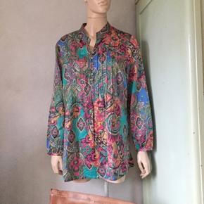 Skjorte i silke. Vidde 114cm. Se også mine mange andre sager. Jeg giver gerne mængderabat.  #silke #silkeskjorte #trendsalesfund