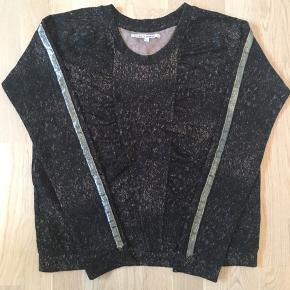 Lækker bluse fra Lolly's Laundry i str. S. Blød kvalitet med stræk. Blusen er brugt enkelte gange og i fin stand. Guld-striben er lidt flosset ved håndleddet.
