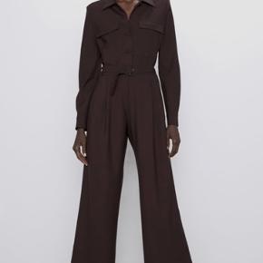 Helt ny buksedragt fra Zara. Brugt en gang. Mangler originalt bælte. To brystlommer og to sidelommer.