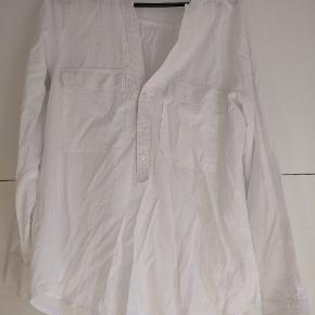 Hvid, langærmet skjorte fra Mags Magasin