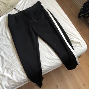 Bukserne er i 'Elastik stof' og super behagelige!