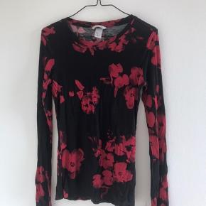 Blomstret rød/sort bluse