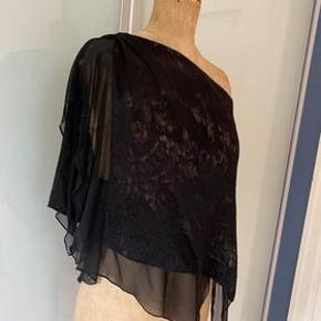 Smukkeste one shoulder silke bluse med smukt mønster i stoffet,  PhilipLim str 4 ( 36/38). fleksibel i str. Også god plads til barm.  Der er nude foer og flere lag silke siffon. Nypris 4000.-  Meget fin stand. Skånsomt brugt. Kun brugsspor i syning i foret, kan ikke ses på.  Kan ses i Rungsted