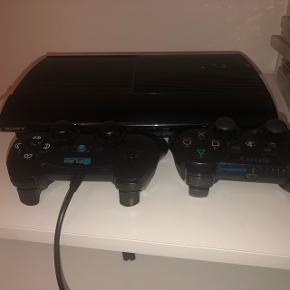 PlayStation 3 i super god stand, købt for nogle år siden, fra Elgiganten. Alle ledninger følger med, men jeg har mistet æsken og kvitteringen. Der medfølger 10 spil og 2 controller.