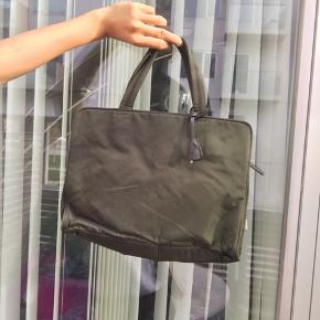 Prada nylon taske fejler ikke noget kan rumme en Macbook 13