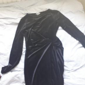 Sort, velour kjole med sød detalje i taljen💛 Passer alt fra xs-m  Kan også afhentes i Viborg eller Århus💛