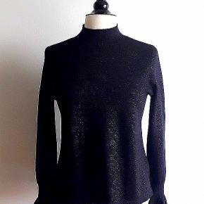 Finstrikket bluse fra H&M MODERN CLASSIC.  Blusen er Sort med Sort diskret glimmer tråd. Er prøvet på men aldrig brug. Str M - svare til en str. 38 38% viskose - 37% akryl - 16% polyester.  Nypris 279 Sælges for 100