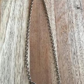 Varetype: Halskæde Størrelse: 7 cm plade Farve: gammel guld og perle Oprindelig købspris: 700 kr.  BUTIKS OPRYDNING  1 ENESTE STK TILBAGE AF DENNE SJÆLDNE HALSKÆDE SOM JEG SPECIELT HAR IMPORTERET HJEM FRA USA  Jeg sender med DAO