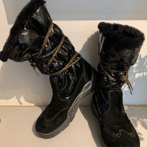 Super fine vinterstøvler, som er blevet brugt ganske få gange. De er imprægneret og helt uden fejl. Nypris kr 1000.