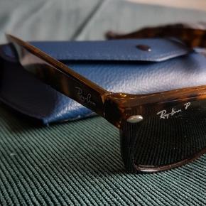 Ægte Ray Ban, wayfarer. Jeg har arvet dem fra min mor, og ønsker at sælge dem videre til en, der kan bruge og elske dem (nu jeg bruger solbriller med styrke (; ). Str 52. slidmærke på ene brilleben (se billede). Vistnok fra 80'erne.