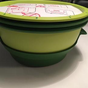 Varetype: Andet Størrelse: 1 Farve: Grøn Oprindelig købspris: 699 kr.  Tupperware mikrogourmet til at dampe mad i mikroovnen. Se den i brug på Youtube. Jeg har en mere jeg bruger meget i hverdagen. Den er super og vitaminerne bliver i maden, fordi de dampes. Denne var købt til sommerhuset, men det er mest grillen der bruges her.