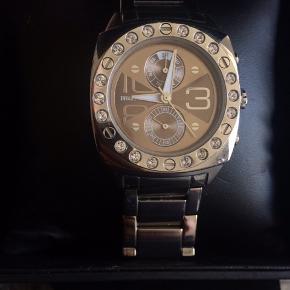 Sælger dette fantastisk smukke ur, brugt et par gange så fremstår som ny, trænger til nyt batteri. Kan indstilles på klok, ugedag og månedsdag. Æske og ekstra led følger med 😊 Nypris 1699,-  Sender på købers regning