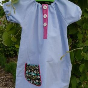 """Varetype: kjole Størrelse: 2-10 år Farve: se billede  Fin kjole med """"snyde"""" stoplelukning i ptinkstribet og fugle på lommen. Stoffet er en rigtig blød bomuld i en slags lyseblå tynd denim. Lidt svært at forklare, men rigtig fin og blød;)  Stoffet er vasket i Neutral inden opsyning for at undgå krymp og afsmitning.  Er opsyet i røg- og dyrefrit hjem:)  Pris str 2-5 år: 225 kr pp Str 6-10 år : 250 kr pp  Kjolerne på billede 4 og 5 samt puden på billede 6 har deres egen annonce:)  Se også mine andre annoncer med andre """"syprojekter"""";)"""