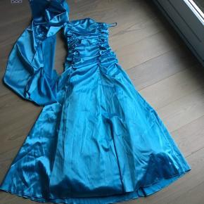 195e0aa229ca Flot galla fest kjole i blank turkis stof