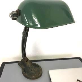Skøn gammel fransk jern og emalje lampe med flaskegrøn skærm Højde 40. Cm  Bredde (skærm) 24. Cm