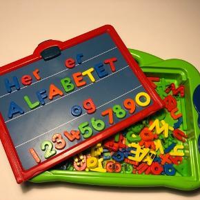 Play 2 learn bogstav og tal kuffert Magnetisk tavle samt bogstaver og tal.  Rigtig god til barnet der ønsker at lege med bogstaver og tal.  Brugt men er stadig funktionsdygtig.  Kommer fra dyrefrit og røgfrit hjem.  Afhentes på adressen, 6710 efter aftale.