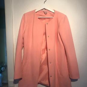 Lækker laksefarvet frakke - virkelig billig, men brugstegn ses også en smule