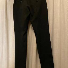 Sorte Grunt bukser sælges OK stand - brugt men ikke slidte Nypris: 500,- Mindste pris: 100,- ekskl. fragt Bud modtages