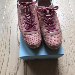Cool sneakers fra Philippe Model i lyserød med perler på hælkappen.