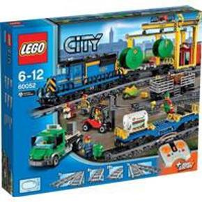 LEGO City 60052 Godstog   Sættet er komplet med manualer, kasse og samtlige brikker (har været åbnet og samlet en enkelt gang). Fåes ikke længere, udgået og udsolgt overalt.   Transportér tungt gods – og dyr! – rundt i byen med det kraftfulde LEGO® City Godstog! Dette fantastiske motoriserede tog har en infrarød syvhastigheds-fjernstyring med otte kanaler og kan transportere stort set alt. Det er din opgave at sørge for, at godset er på plads til tiden, så arbejdet i byen kører ubesværet. Sæt kvægvognen og de to godsvogne sammen, og lad godstoget trække dem rundt på cirkelbanen. Brug gaffeltrucken til at flytte pallerne sikkert mellem togvognene og lastbilen. Hold øjemed alt gods, som skal ind og ud af den flotte godscentral. Brug løbekranen på skinner til at flytte det tunge gods mellem køretøjerne eller sætte det på jorden. Dette sæt er spækket med legemuligheder og funktioner og perfekt til togentusiaster. Indeholder fire minifigurer: gaffeltruckfører, togfører, landmand og lastbilchauffør.