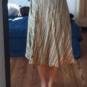 Slå om Nederdel fra ukendt mærke. Kan derfor justeres i størrelse og vil tro den kan passe str Xs-M.