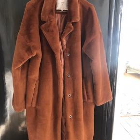 Minimum Frakke, Aldrig brugt. Rønge - Minimum Frakke, Rønge. Aldrig brugt, Er måske blevet prøvet på men aldrig brugt. Ren men ikke vasket. Ingen mærker eller skader