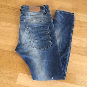 De fedeste jeans i en lækker trash vask De er brugte men fejler ik noget  Hullet på knæet er blevet lidt større ved brug Jeg bytter ikke
