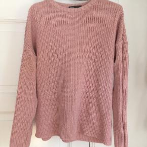 Fin lys rosa strik sweater fra Asos :)  Str. M L 40 42  Bomuld (føles sol bomuld - måske en blanding)  Sweater Trøje Strikketrøje Lyserød  Rosa Yoga