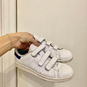 Sælger mine fine stan Smith Adidas sko med velcro. Fine og hvide, de skal blot have en våd klud :))  Sendes eller afhentes på østerbro