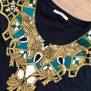 Varetype: Lækker Navy T-shirt Farve: Navy  Lille i str  Armhule til armhule: ca 2 x 54 cm  BYTTER IKKE