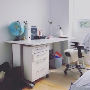 Skrivebord sælges i en hurtig handel - skal FLYTTE!!! Der er ingen som sådan slid eller revner! Afhentes i Aarhus N / 400