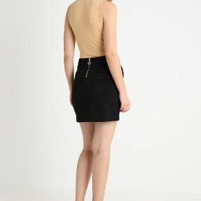 Super fin nederdel i faux suede. Den er aldrig brugt, prisskiltet er dog klippet ud.  På billederne ser det ud til at der er hvis fnuller på den. Det er dog ikke tilfældet, den er helt kulsort.   Køber betaler porto og ts gebyr