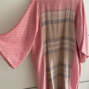 Silke kimono Aldrig brugt. Smuk lyserød/ Rosa farvet. Beige/ lysegrå ryg og kanter