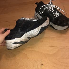 Nike tekno m2k i sort str 39. Lidt beskidte men kan gøre dem rent inden forsendelse.  Byd!!!