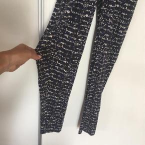 Varetype: Buksedragt Størrelse: M Farve: Multi  Mønstret buksedragt i grå blå og hvid med bindebånd og smalle ben. 100% viskose   Fra ikke ryger hjem