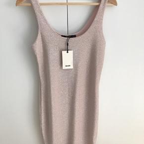 Fin kjole fra Bik Bok i Rosa glimmer  Alm. Str S længde: 80 cm fra ærmegab (se foto) Sælges kun fordi det var et fejlkøb (for lille) Aldrig brugt