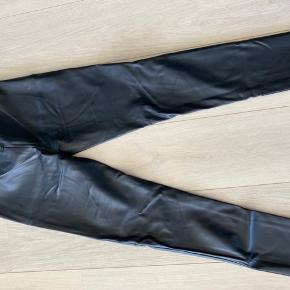 Imiteret læderbukser fra Mads Nørgaard, fremstår som nye.