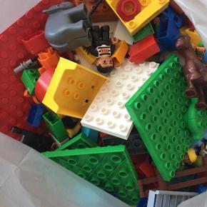 En hel sæk LEGO Duplo - indeholder bl.a. en brandstation og Zoologisk Have, husgavle og meget mere. Er med store plader at bygge på, masser af LEGO til mange timers underholdning. MEGET BILLIGT!
