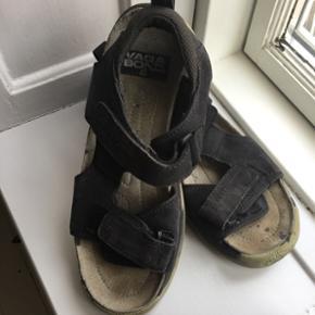 Vagabond sandaler - indfarvet sorte. Str 40 - brugt meget få gange og har stadig mange kilometer i sig. BYD ☀️Nypris 799kr. Du kan få dem billigt ved en hurtig handel. 🙃