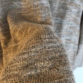 Fin lyserød bluse. I fin stand - har dog en lille løs tråd (se billede).