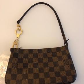 Jeg sælger min super pæn og meget velholdt Navona Louis Vuitton taske og min nøglering/forlænger.   Ny pris Navona 2006: 1950,- Sidste salgspris i LV: 3050,-  Porte cles a verrou-Nøglering/forlænger: Nypris 2006: 590,-  Sælges for 2300,-