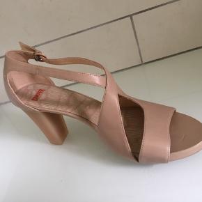 Smuk ..... Enkel .... Elegant .....  Lækker sandal i skind i fon sart Nude  Aldrig brugt....  Se mine andre annoncer med mane skønne sager :-))))