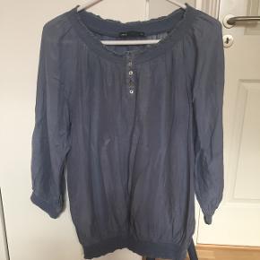 Vintage bluse i bomuld og silke. Fineste lyse støvblå nuance og med perlemorsknapper. Test sample. Str. 38. Rigtig fin til en nederdel. Fejlfri stand. Mængderabat efter aftale. Sender gerne!