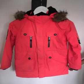 Denne meget flotte pink vinterjakke sælges. Den er dejlig nem at se i trafikken, på grund af farven og de reflekser som sidder på jakken. Jakken kan justeres i taljen, hvis det ønskes.