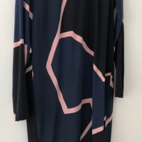 Smuk kjole i 100 % silke. Brugt en enkelt gang. Bytter ikke. Handler via mobilepay og sender med DAO