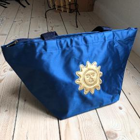 Skøn taske changerende blåt stof og fin sol🌞 Super som skuldertaske eller lille weekendtaske.   Mulighed for afhentning i Aarhus C 🍀  Se også mine andre annoncer 😊
